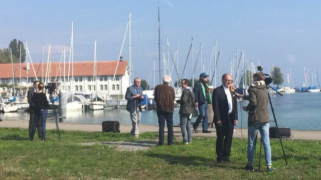 Hafen, verschiedene Journalisten und Politiker