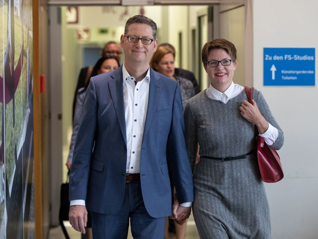 Mann Hand in Hand mit seiner Frau