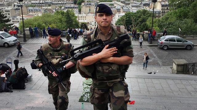 Soldaten mit Maschinenpistolen im Anschlag auf dem Sacre Coeur.