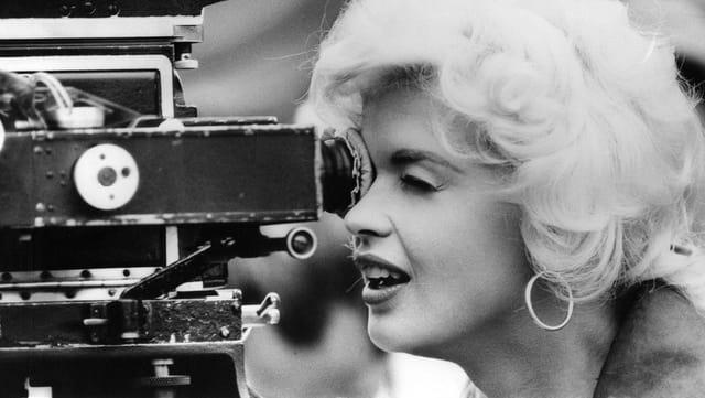 Schauspielerin Jayne Mansfield guckt in eine Kamera. Das Bild stammt aus dem Jahr 1959.