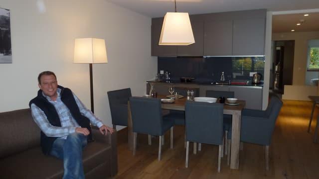 Claudius Holinski en in dals appartaments d'exempel dal Peaks Place Laax.