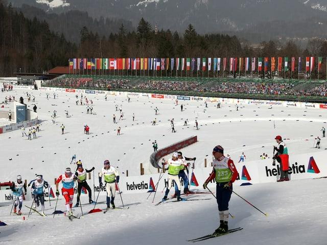 Langläufer im Zielstadion von Oberstdorf.