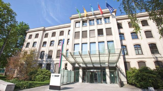 Fassade des BASF-Hauptsitzes bei der Dreirosenbrücke.