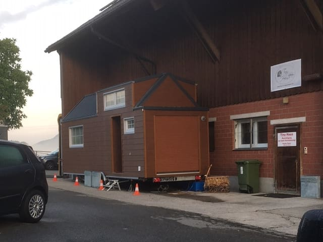 Das Tiny House steht auf einem Parkplatz