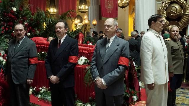 Die Berater Stalins stehen um dessen Sarg herum