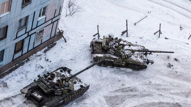 Zwei Panzer auf Strasse.