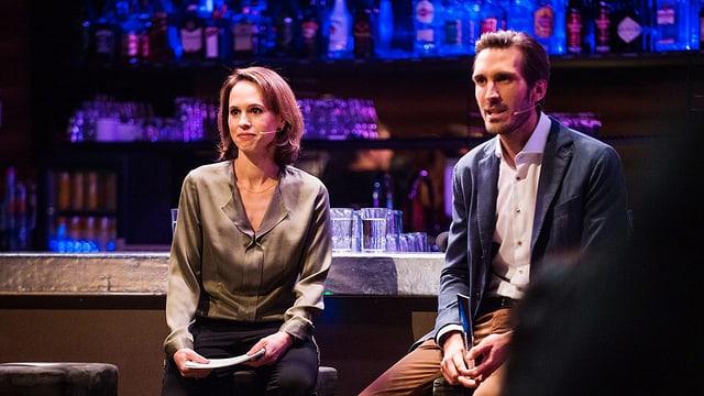 Zwei Menschen sitzen an einer Bar