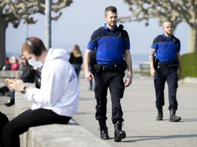Polizisten patrouillieren an der Genfer Seepromenade.