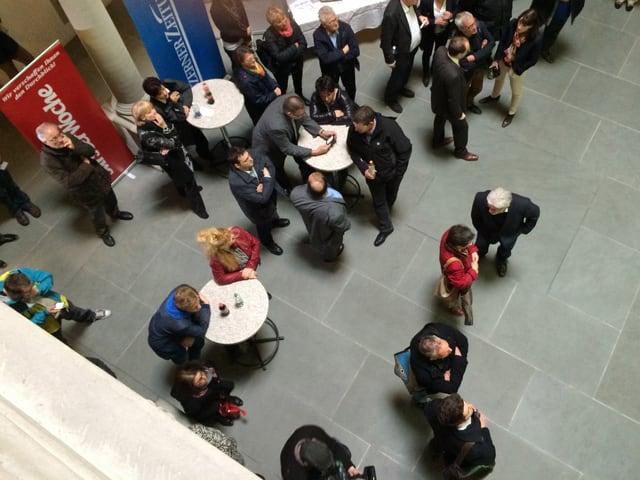 Politiker und Zuschauer am Wahltag im Lichthof des Luzerner Regierungsgebäudes