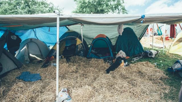 Mit dem nötigen Stroh konnten dann auch die Zelte aufgebaut werden.