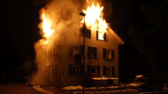 Flammen schlagen aus den Fenstern des Dachgeschosses.