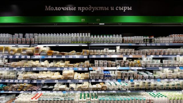 Zu sehen ist ein Kühlregal der Supermarktkette Vkusvil.