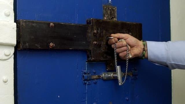 Türe in der Zelle eines Untersuchungsgefängnis.