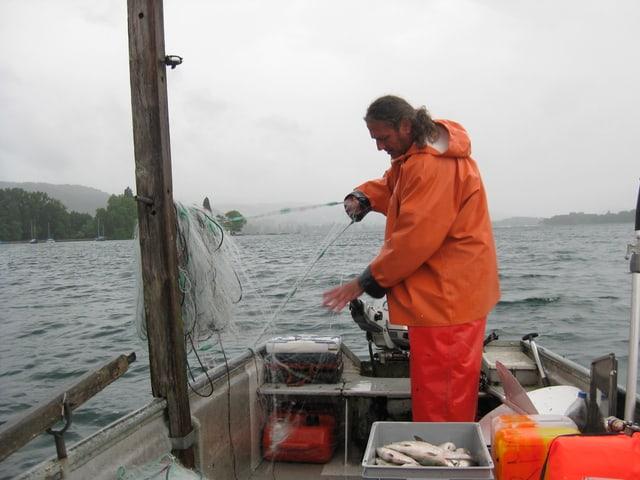 Berufsfischer Rolf Meier zieht die nächste Beute an Land.