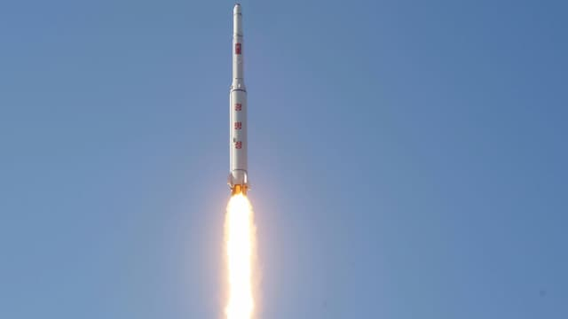 Nordkoreanische Langstreckenrakete mit Feuerschweif steigt in die Höhe