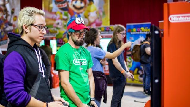 Zwei Nintendo Fans spielen ein neues Spiel an.