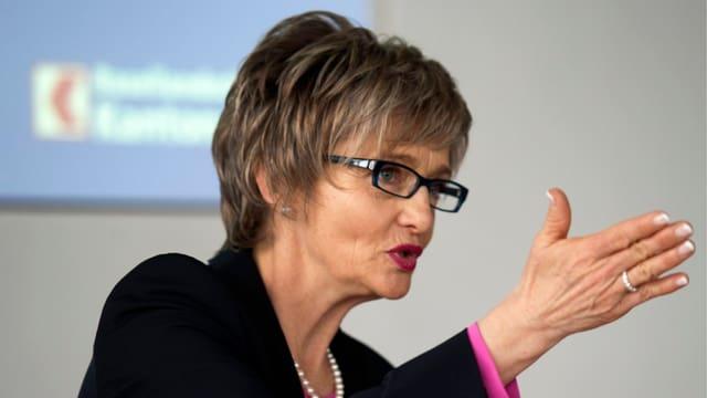 Elisabeth Schirmer bei Medienkonferenz