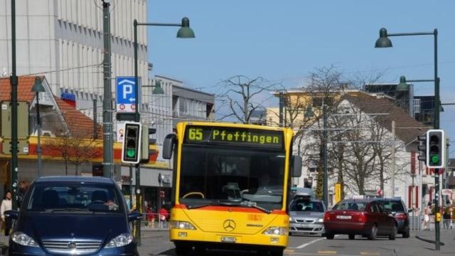 Bus 65 im Dorfkern von Aesch.