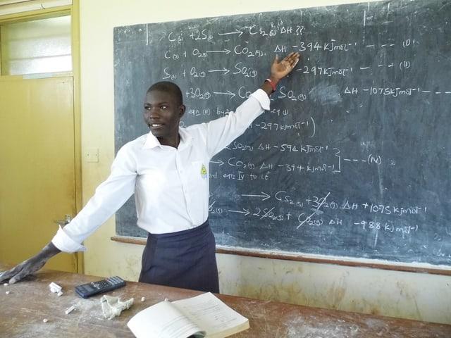Lehrer steht vor einer Tafel