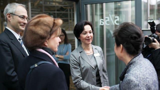 Gibb-Direktorin Sonja Morgenegg begrüsst die südkoreanische Präsidentin vor dem GIBB-Gebäude.