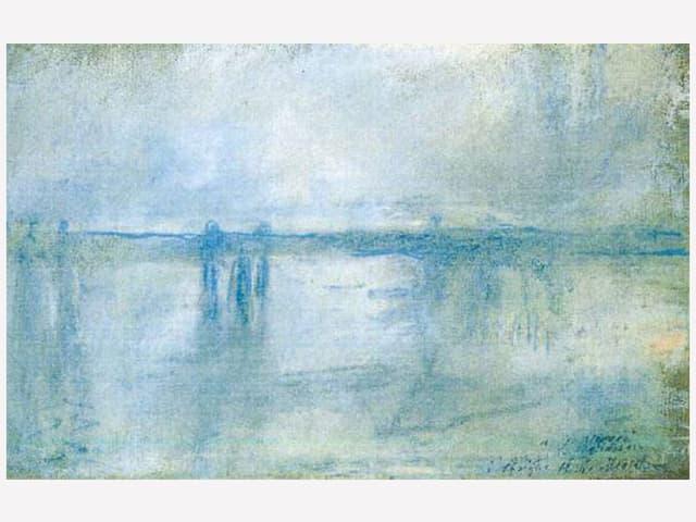 Verschwommene Brücke im Nebel