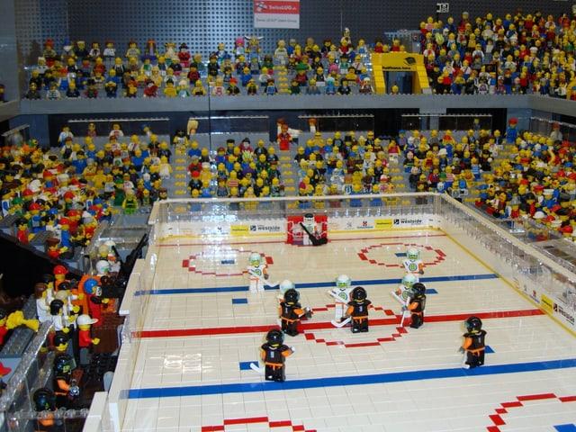 Blick ins Innere vom Eisstadion Allmend, das aus 35'000 Legosteinen als Miniatur nachgebaut worden ist.