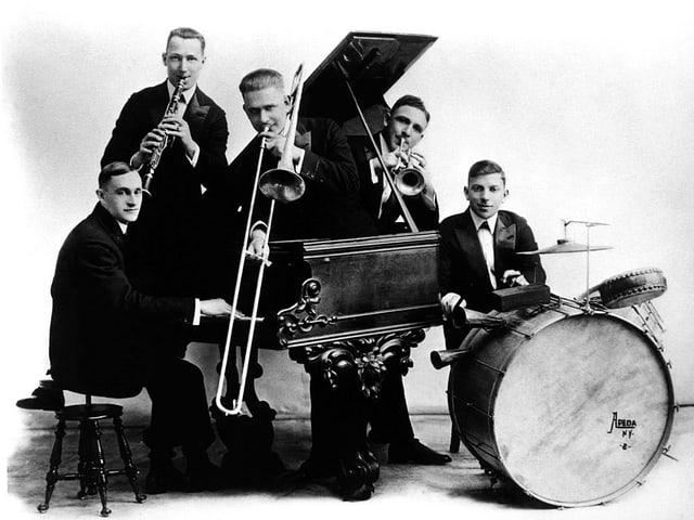 Die ersten Jazzer mit eigener «Platte», die «Original Dixieland Jass Band», posiert 1917 im Studio.