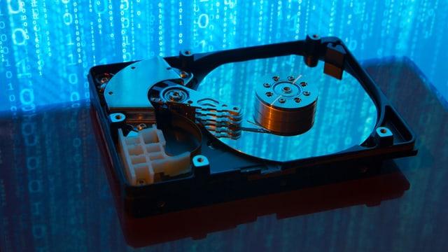 Festplatte mit Datenstrohm im Hintergrund