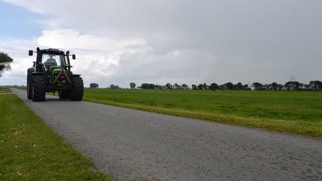 Traktor auf einer Landstrasse