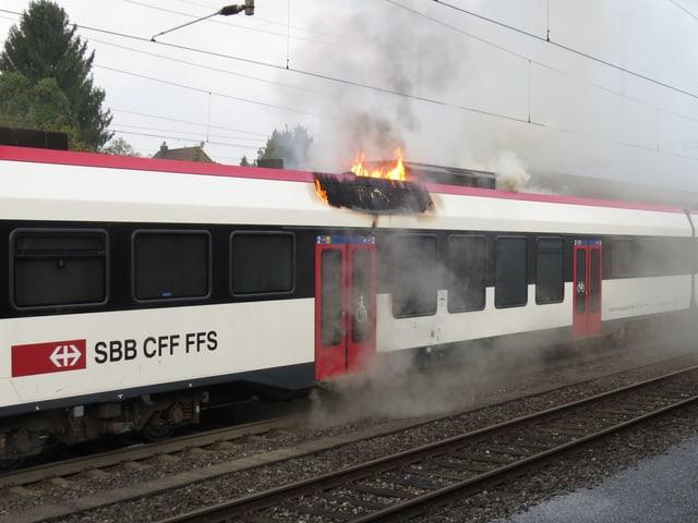 Brennender Zug-Waggon im Bahnhof