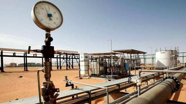 Pipline in de libyschen Wüste mit Druckmesser im Vordergrund.