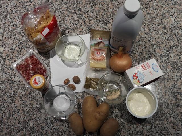 Alle Zutaten für Älplermagronen auf dem Tisch