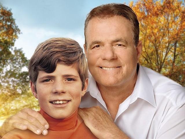 Hein Simons umarmt sein junges Alter Ego.