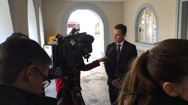 Staatsanwalt gibt Interview vor dem Gerichtssaal