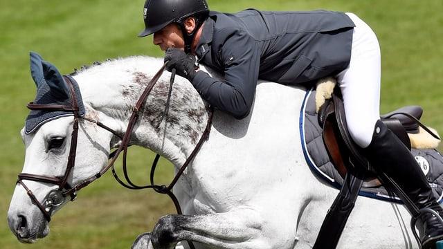 Paul Estermann überspringt mit seiner weissen Holsteiner-Stute Bareina eine Hürde.