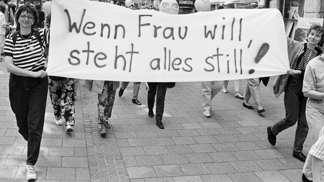 Frauen demonstrieren mit einem Plakat während des Frauenstreiks 1991.