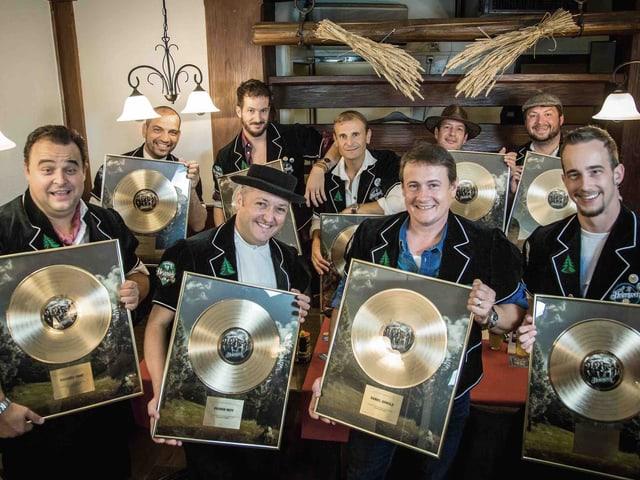 Für jedes Chormitglied gibt es eine goldene Schallplatte.
