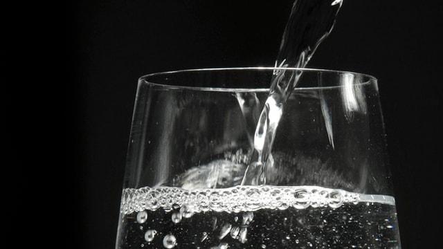 Wasser läuft in ein Glas