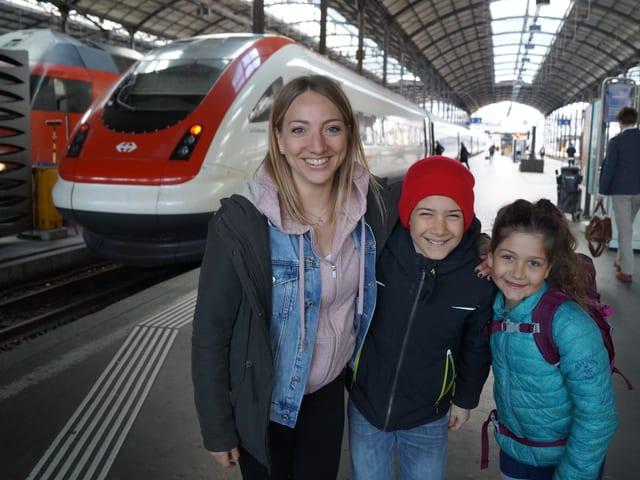 Anna, Silas und Linda am Bahnhof Luzern.