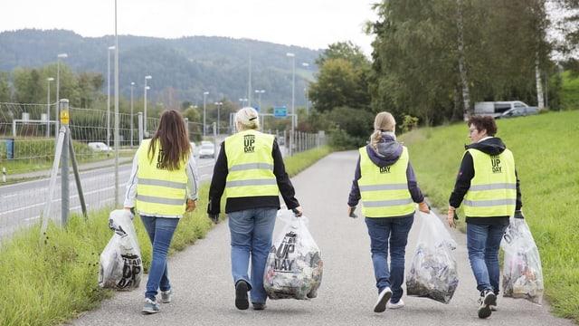 Leute am Abfall sammeln.