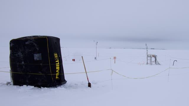Das Forschungzelt im Schnee.