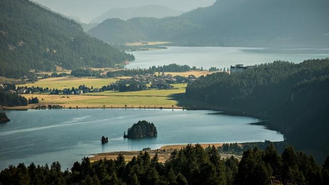 Zwei Seen. Dazwischen auf einer bewaldeten Anhöhe: ein grosses Hotel.