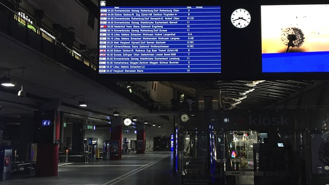 Blick in den menschenleeren Bahnhof Luzern.