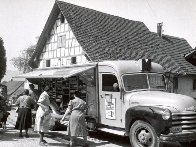 Verkaufswagen mit Kunden um 1950 in Zürich.