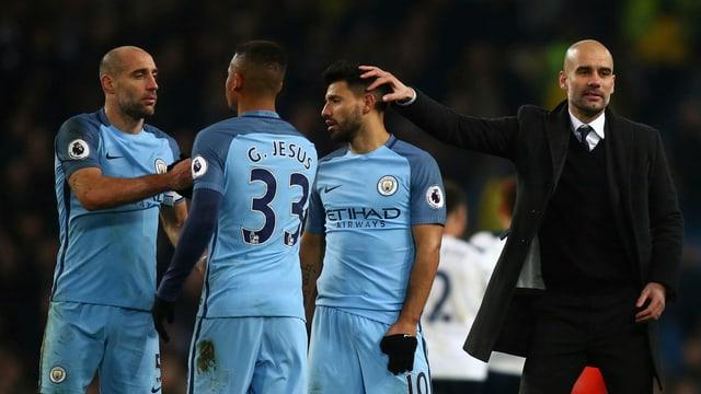 Manchester-City-Trainer Pep Guardiola und drei seiner Spieler.