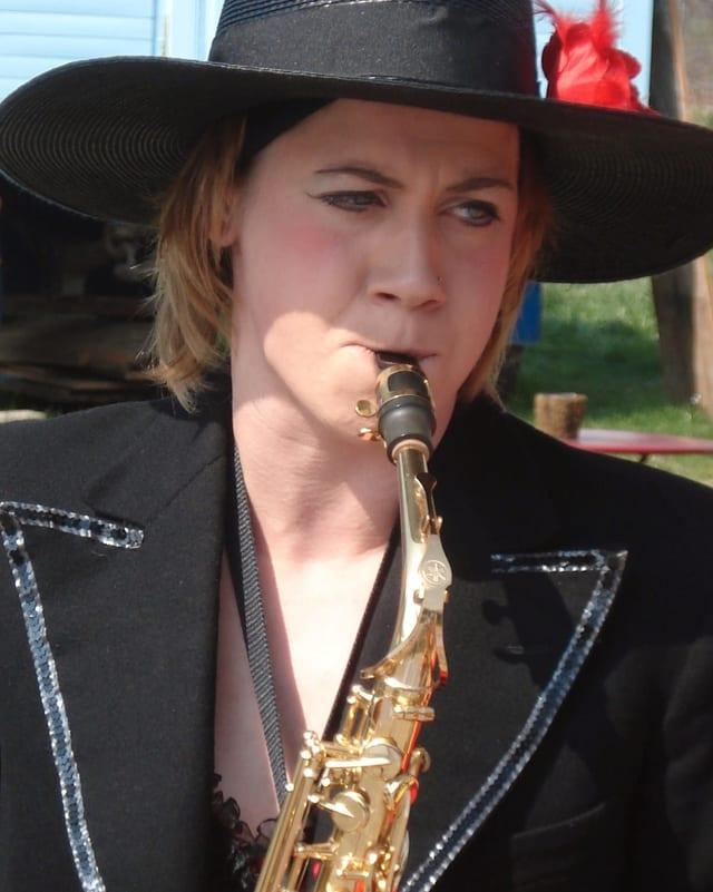 Purtret d'Anita Gadola che suna saxofon.