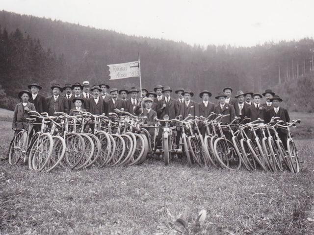 Eine Gruppe Radfahrer im Jahr 1939.