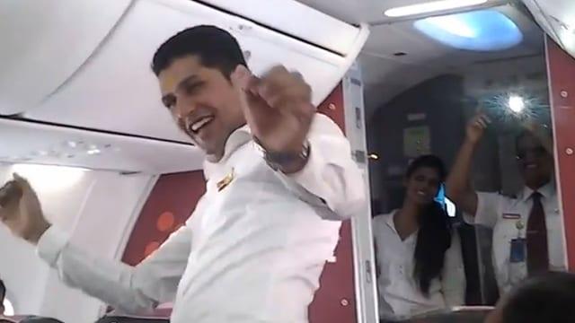 Ein tanzender Flugbegleiter. Hinter ihm ist der fotografierende Pilot zu sehen.