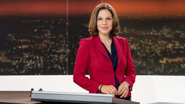 Moderatorin Andrea Vetsch am Pult von 10vor10
