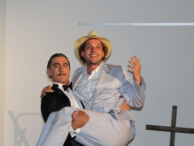 Ein Mann wird von einem anderen Mann hochgehoben.